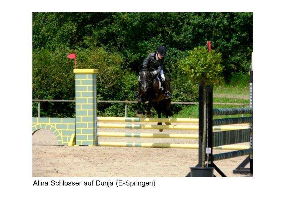 Alina Schlosser auf Dunja (E-Springen)