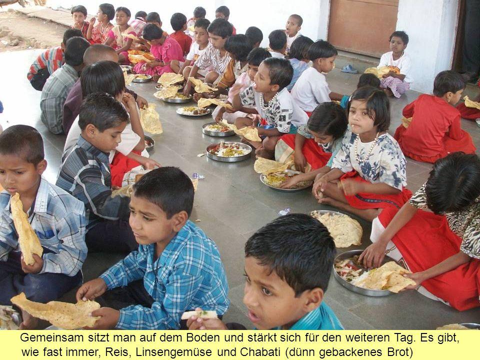 Pfarrer Stefan Braun und Bürgermeister Franz-Xaver Scherrer aus Hagenbach haben den Kindern selbst gestrickte Socken mitgebracht.