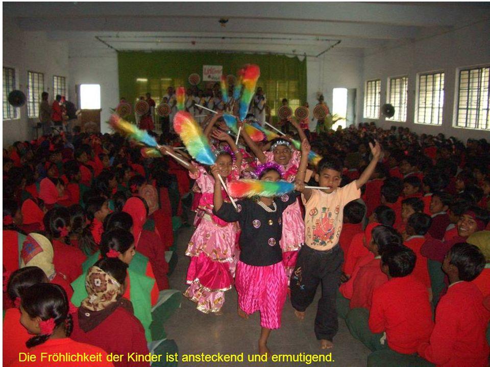 Vor unserer Krankenstation in Bhopal warten viele von den Ärmsten der Armen und hoffen auf Hilfe.