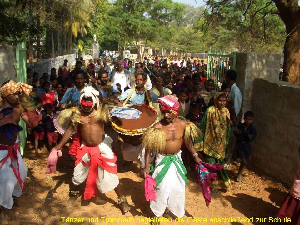 Über 1000 Kinder, Jugendliche und Erwachsene begleiteten die Gäste auf ihrem Weg.