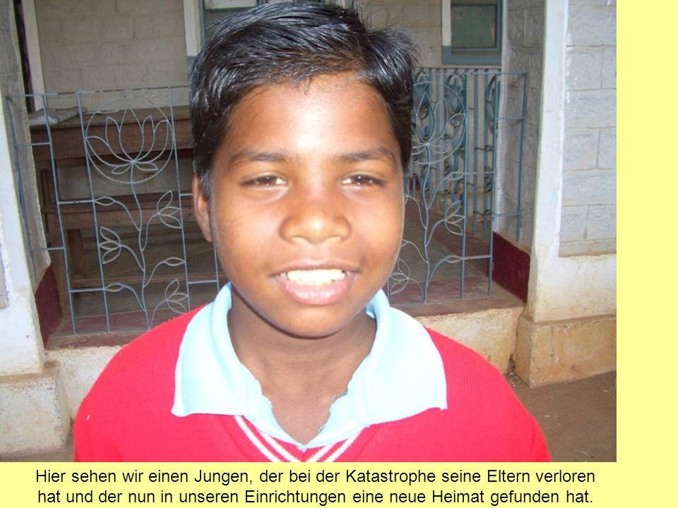 Auf diesem Bild entdecken wir einen jungen Litschibaum, der vor allem durch die Initiative unserer Freunde aus Bad Bergzabern nun an vielen Ecken in Agharma zu sehen ist.