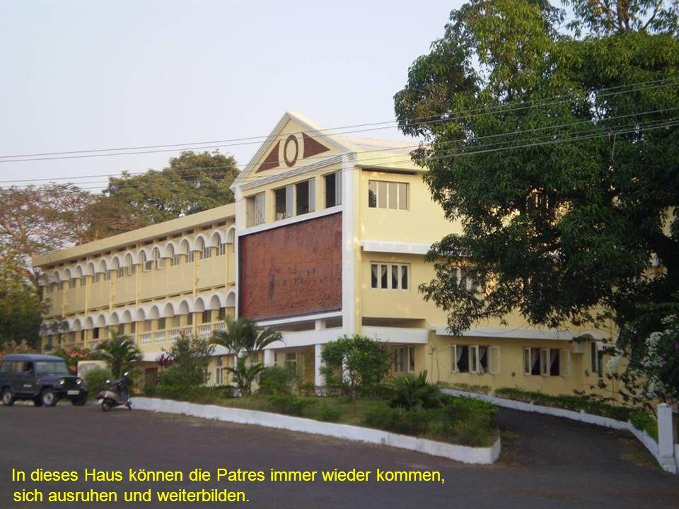 Neben Pater Franklin steht Pater Ubaldo.Er ist der Mitbegründer der Indienhilfe.
