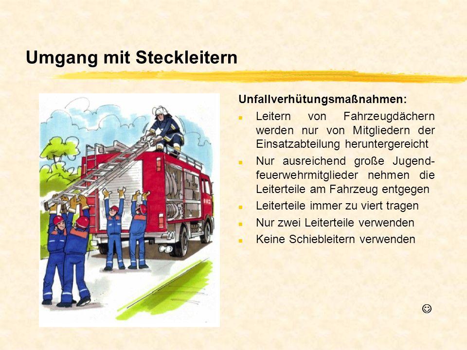 Umgang mit Steckleitern Unfallverhütungsmaßnahmen: n Leitern von Fahrzeugdächern werden nur von Mitgliedern der Einsatzabteilung heruntergereicht n Nu