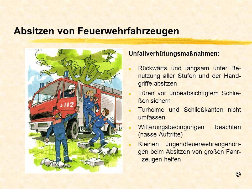 Absitzen von Feuerwehrfahrzeugen n Rückwärts und langsam unter Be- nutzung aller Stufen und der Hand- griffe absitzen n Türen vor unbeabsichtigtem Sch