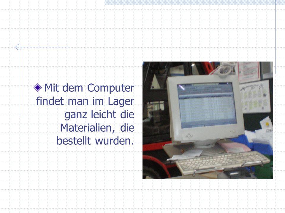 Mit dem Computer findet man im Lager ganz leicht die Materialien, die bestellt wurden.