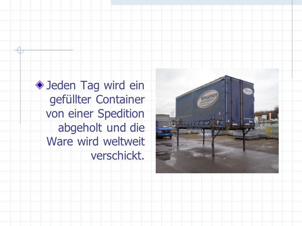 Jeden Tag wird ein gefüllter Container von einer Spedition abgeholt und die Ware wird weltweit verschickt.