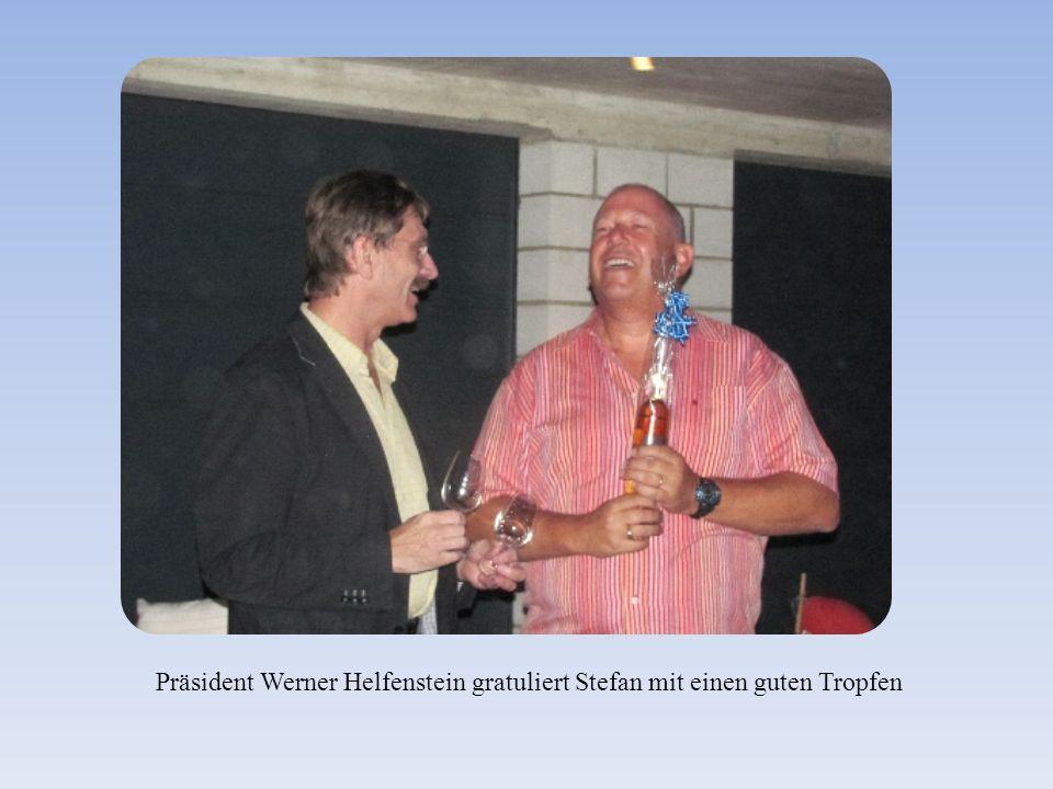 Präsident Werner Helfenstein gratuliert Stefan mit einen guten Tropfen