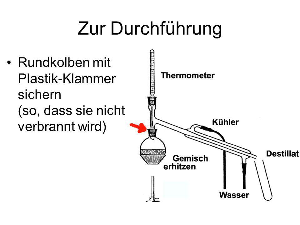 Zur Durchführung Rundkolben mit Plastik-Klammer sichern (so, dass sie nicht verbrannt wird)