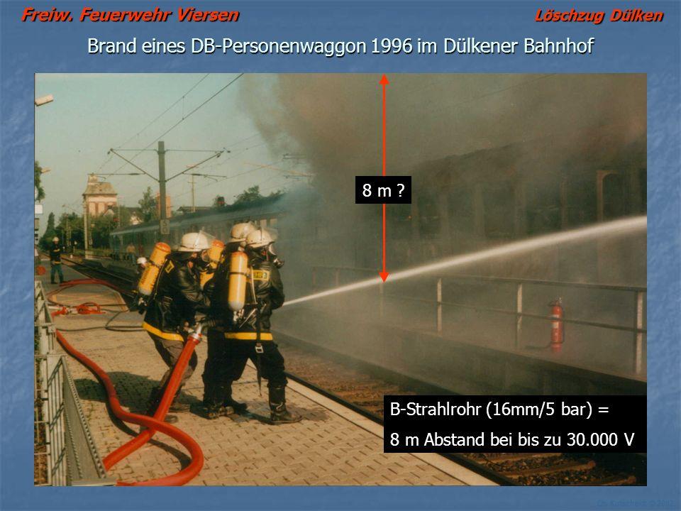 Freiw. Feuerwehr Viersen Löschzug Dülken Ch. Kutscheidt © 2002 Brand eines DB-Personenwaggon 1996 im Dülkener Bahnhof B-Strahlrohr (16mm/5 bar) = 8 m