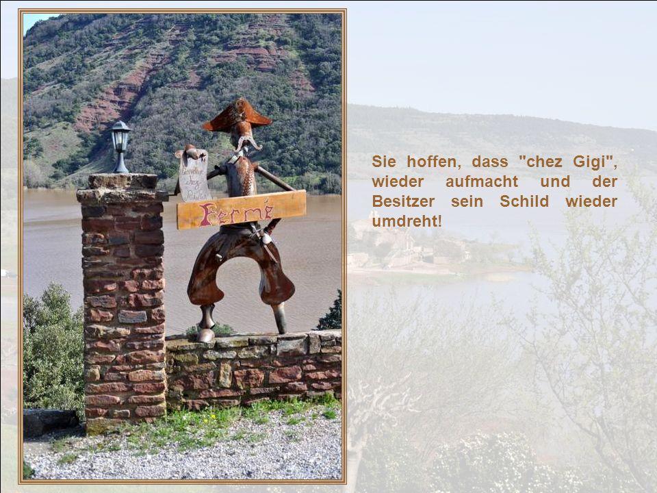 Die Einwohner lassen den Kopf jedoch nicht hängen und kehren in ihr Dorf zurück. Und die Alten treffen sich wie eh und je am Dorf-Kruzifix um zu disku