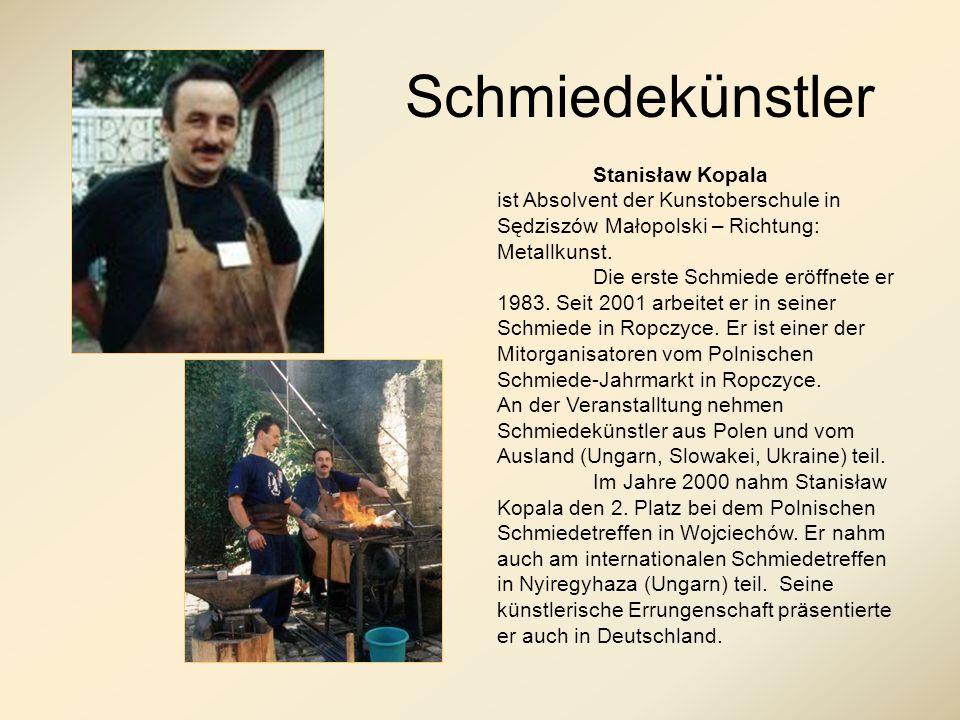 Schmiedekunst Von Stanisław Kopala werden auf die traditionelle Art und Weise der Warmumformung sowohl geschmiedete Möbel, Gartenmöbel, Beleuchtungselemente, Kaminzubehör, Zierschmuck, Zäune und Gitter, als auch Metallakzessorien für die Kirchen, Rathäuser und Behörden angefertigt.