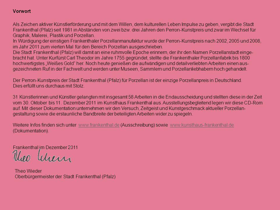 Johanna Hitzler * 1970 in Dillingen 1989 Abitur 1991 – 1994Ausbildung zur Keramikerin in der Kocheler Keramik in Kochel am See 1994 – 1998Arbeit als Keramikerin in verschiedenen Töpfereien in Deutschland und der Schweiz 1998 – 2003Studium an der Hochschule für Kunst und Design Burg Giebichenstein in Halle im Fachbereich Keramik-/ Glasdesign 2003 Studienabschluss Diplom-Designerin Seit 2004 tätig als freiberufliche Designerin, Entwurf und Herstellung von Porzellan in eigener Werkstatt Ausstellungsbeteiligungen (Auswahl) 2002Perron-Kunstpreis der Stadt Frankenthal (Pfalz) 6th International Ceramics Festival 02 Mino, Japan 2003Zweite Welt-Keramikbiennale in Korea 2005Dritte Welt-Keramikbiennale in Korea 54th Premio Faenza-International Ceramic Art Competition puls, Galerie für zeitgenössische Keramik, Brüssel, Ausstellung mit Bente Hansen Perron-Kunstpreis der Stadt Frankenthal (Pfalz) 2006 mathematical ceramics exhibition, St.