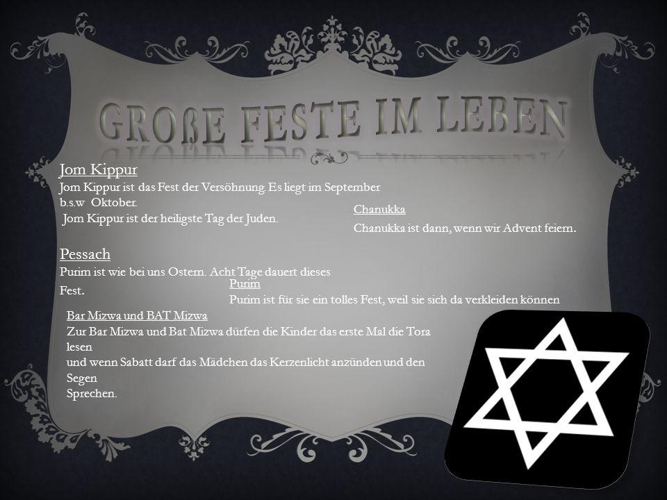 Sie beten in der Synagoge. Wenn sie beten brauchen sie einen Gebetsschal und einen Gebetsteppich, die Thora, eine Tefillin auch noch Gebetsriemen und