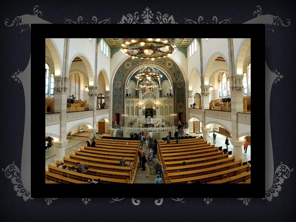 AUSSTATTUNG UND ARCHITEKT Das Gebet und vor allem die Lesung aus der Thora bilden den Mittelpunkt des jüdischen Gottesdienstes. Die Thorarollen werden
