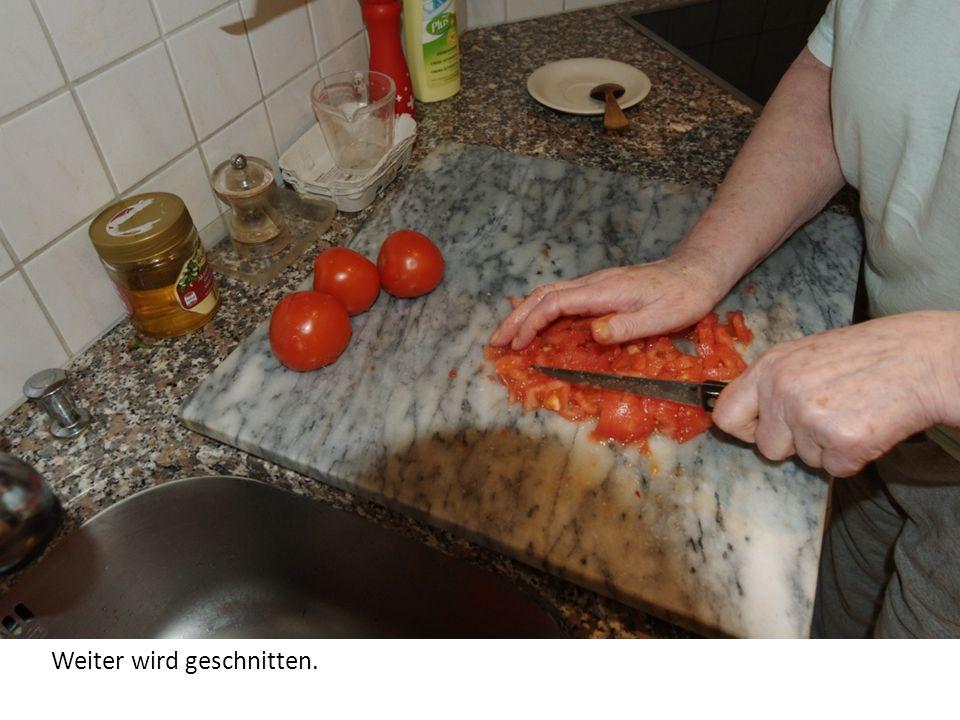 Nun werden die Tomaten gewürfelt (ca. 1 Zentimeter).
