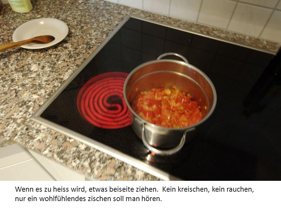 Nacheinander Zwiebeln, Paprika glasig schwitzen und danach die geschnittenen Tomaten honeingeben.
