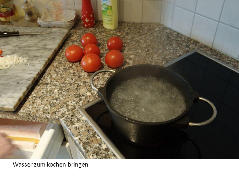 Normale Tomaten, keine besonderen Ansprüche, aber sonnengereifte wären super. Kreuzschnitte auf der unteren Seite.