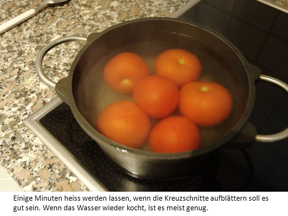 Tomaten mit Löffel hineinlegen.