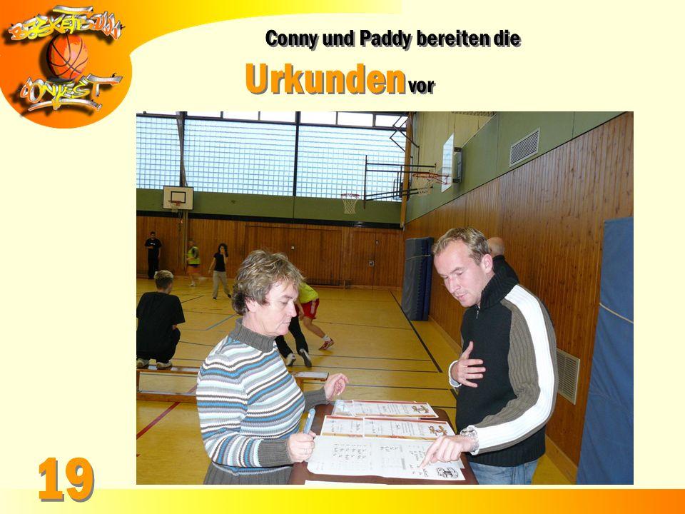 Conny und Paddy bereiten die Urkunden vor Conny und Paddy bereiten die Urkunden vor 19