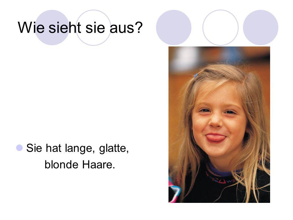 Wie sieht sie aus? Sie hat lange, glatte, blonde Haare.