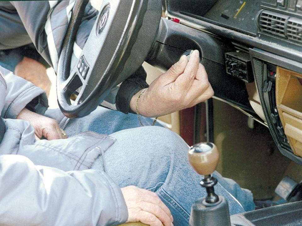 RAUTEKGRIFF Notfallpatienten mit dem Rautekgriff heraus ziehen Notfallpatienten leicht nach vorne beugen Notfallpatienten mit dem Rautekgriff nehmen und zu sich drehen Gurt öffnen (dabei Verunglückten fest halten) Kontrollieren ob die Beine frei sind Motor abstellen Bewusstseinskontrolle: Berühren, sanftes Schütteln Bewusstseinskontrolle: Ansprechen Öffnen der Fahrzeugtür Lösung