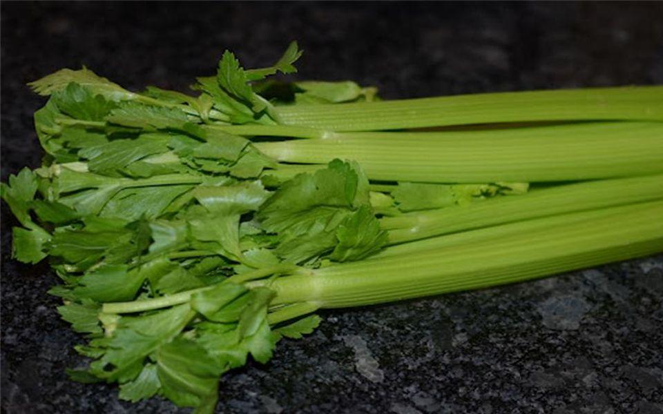 Stangensellerie, Rhabarber, Bok Choy und viele andere Gemüse ähnleln den Knochen.