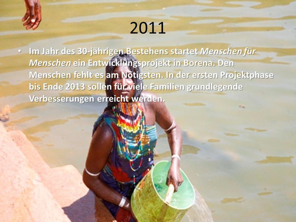 2011 Im Jahr des 30-jährigen Bestehens startet Menschen für Menschen ein Entwicklungsprojekt in Borena. Den Menschen fehlt es am Nötigsten. In der ers