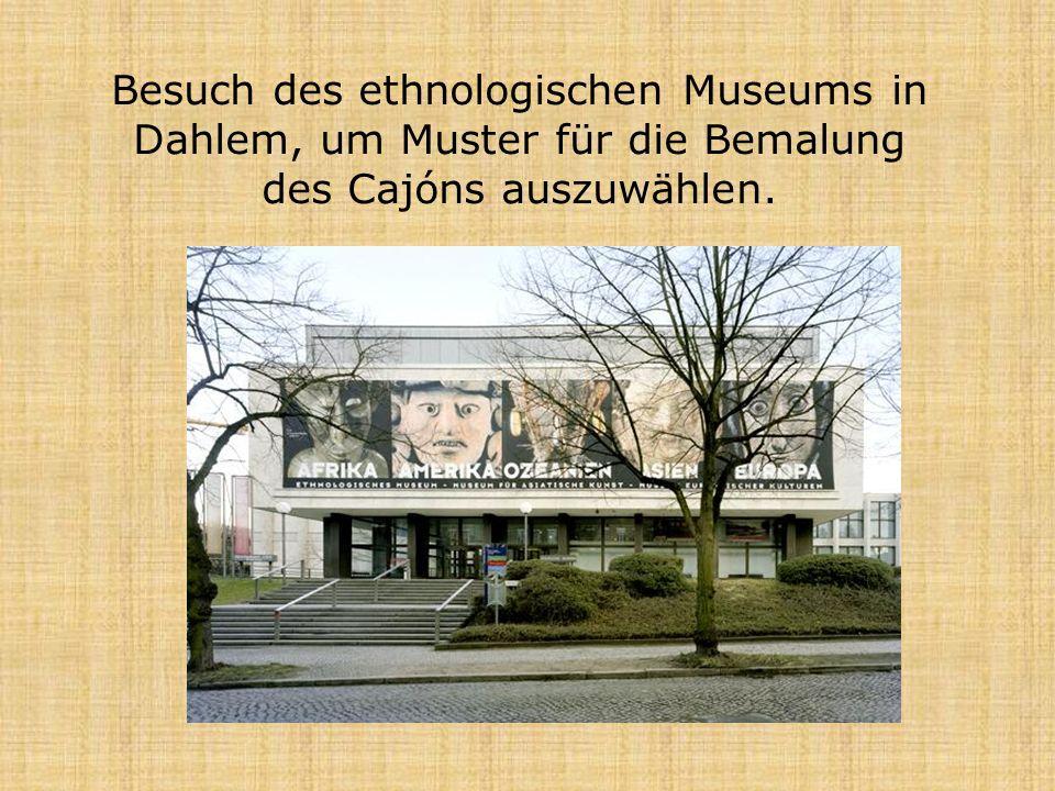 Besuch des ethnologischen Museums in Dahlem, um Muster für die Bemalung des Cajóns auszuwählen.