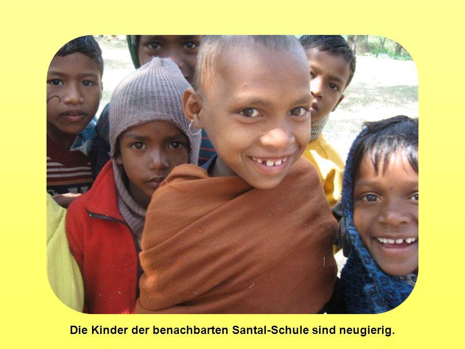 Die Kinder der benachbarten Santal-Schule sind neugierig.