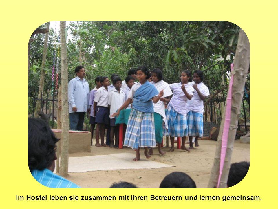 Im Hostel leben sie zusammen mit ihren Betreuern und lernen gemeinsam.