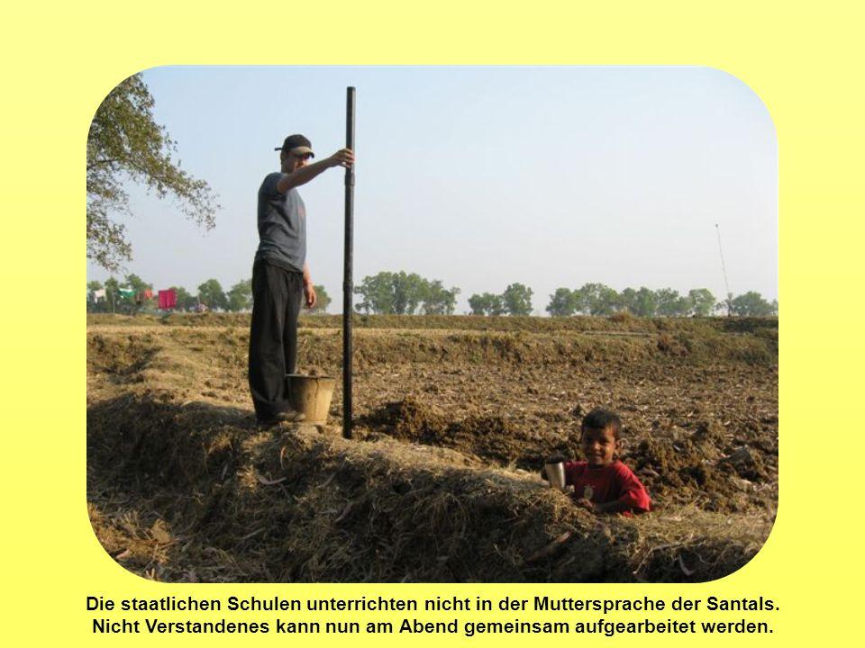 Die staatlichen Schulen unterrichten nicht in der Muttersprache der Santals. Nicht Verstandenes kann nun am Abend gemeinsam aufgearbeitet werden.