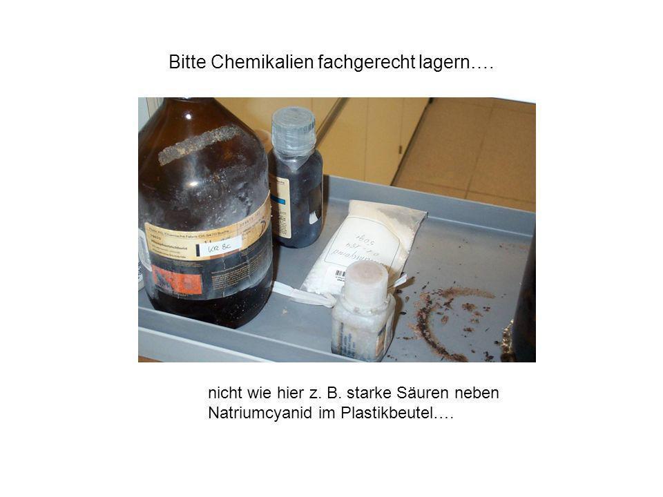 Bitte Chemikalien fachgerecht lagern…. nicht wie hier z. B. starke Säuren neben Natriumcyanid im Plastikbeutel….