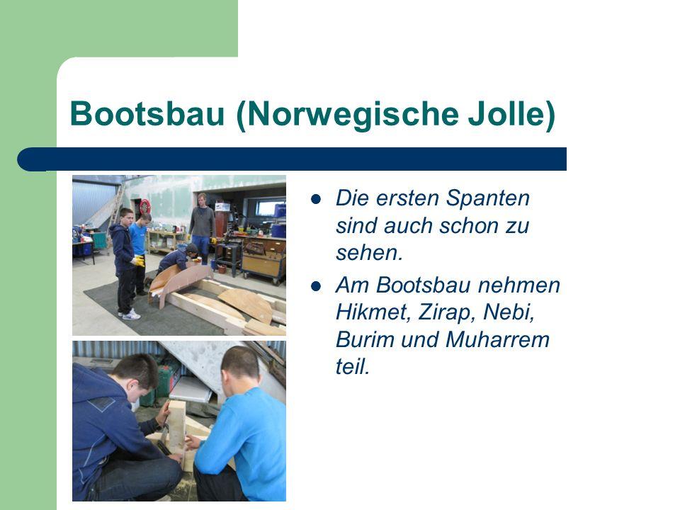 Die ersten Spanten sind auch schon zu sehen. Am Bootsbau nehmen Hikmet, Zirap, Nebi, Burim und Muharrem teil. Bootsbau (Norwegische Jolle)