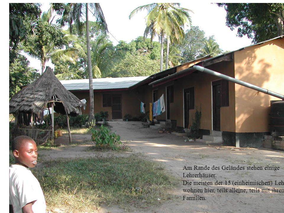 Am Rande des Geländes stehen einige Lehrerhäuser. Die meisten der 15 (einheimischen) Lehrer wohnen hier, teils alleine, teils mit ihren Familien.