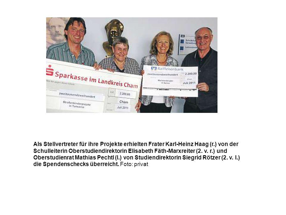 Als Stellvertreter für ihre Projekte erhielten Frater Karl-Heinz Haag (r.) von der Schulleiterin Oberstudiendirektorin Elisabeth Fäth-Marxreiter (2. v