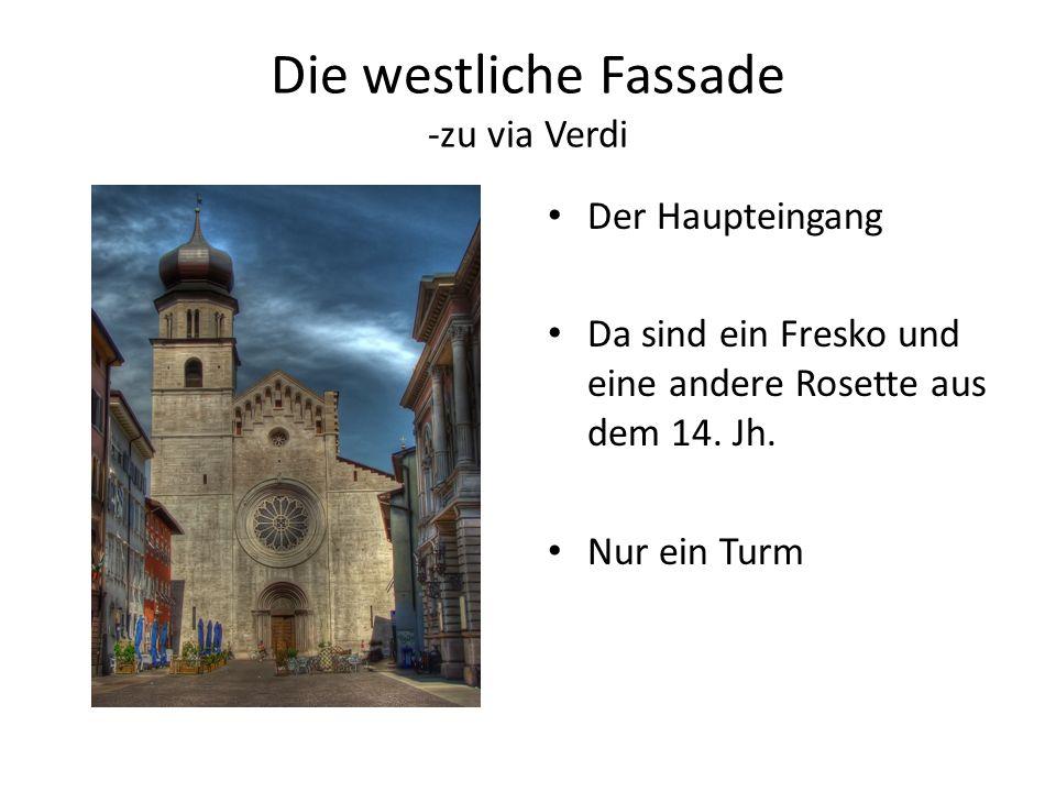 Die westliche Fassade -zu via Verdi Der Haupteingang Da sind ein Fresko und eine andere Rosette aus dem 14. Jh. Nur ein Turm