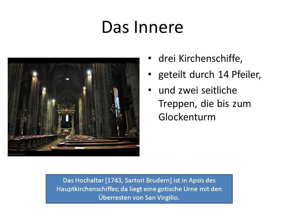Das Innere drei Kirchenschiffe, geteilt durch 14 Pfeiler, und zwei seitliche Treppen, die bis zum Glockenturm Das Hochaltar [1743, Sartori Brudern] is