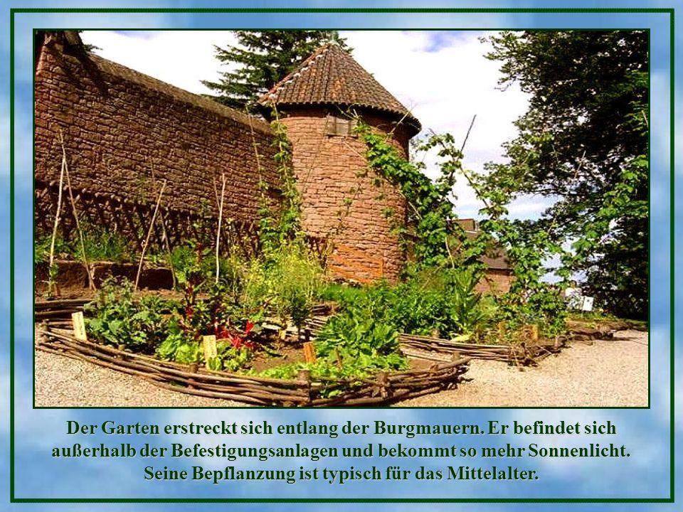Sie finden dort Beete, Rosenbüsche, Reiser, einen Gemüsegarten, einen Kräutergarten, einen Mariengarten (Rosengarten), dazu Bänke für romantisches Gep