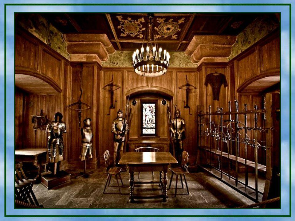 Der südliche Wohntrakt - Dieser Teil der Burg war im 15. Jahrhundert die Residenz der Familie von Tierstein und besitzt einen Holzbalkon. Geht man wei