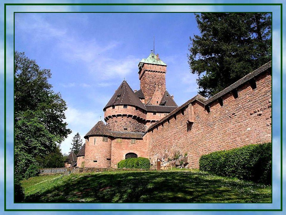 Der Garten erstreckt sich entlang der Burgmauern.