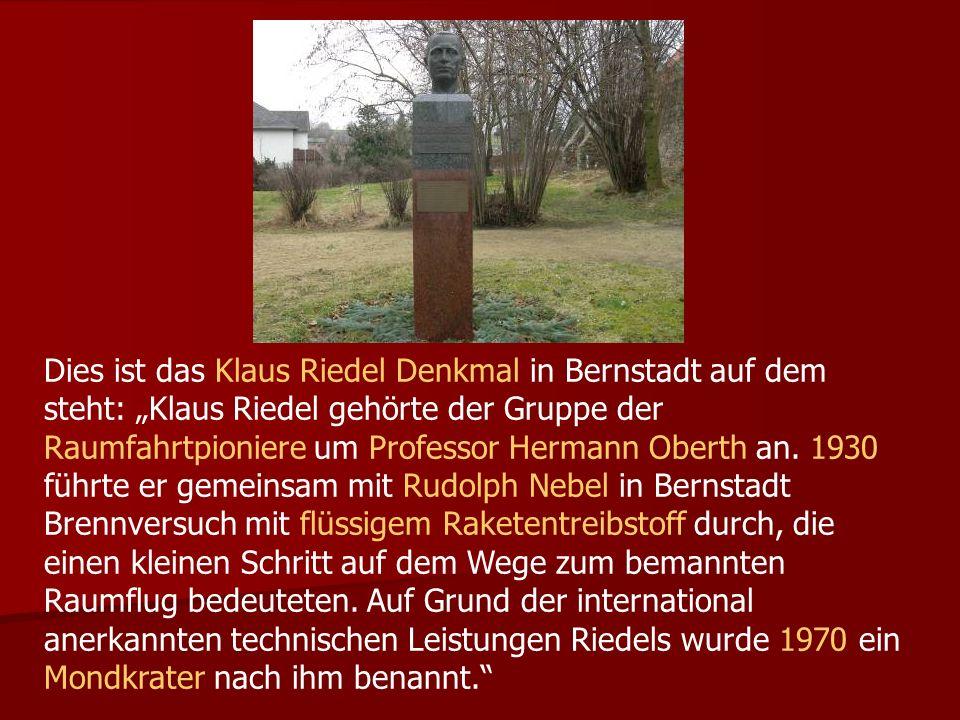 Dies ist das Klaus Riedel Denkmal in Bernstadt auf dem steht: Klaus Riedel gehörte der Gruppe der Raumfahrtpioniere um Professor Hermann Oberth an.