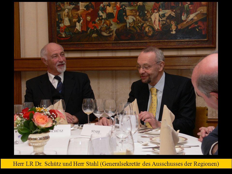 Herr LR Dr. Schütz und Herr Stahl (Generalsekretär des Ausschusses der Regionen)
