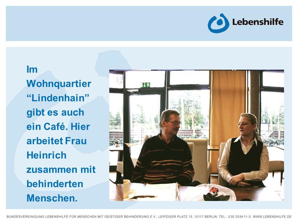 Im WohnquartierLindenhain gibt es auch ein Café. Hier arbeitet Frau Heinrich zusammen mit behinderten Menschen.
