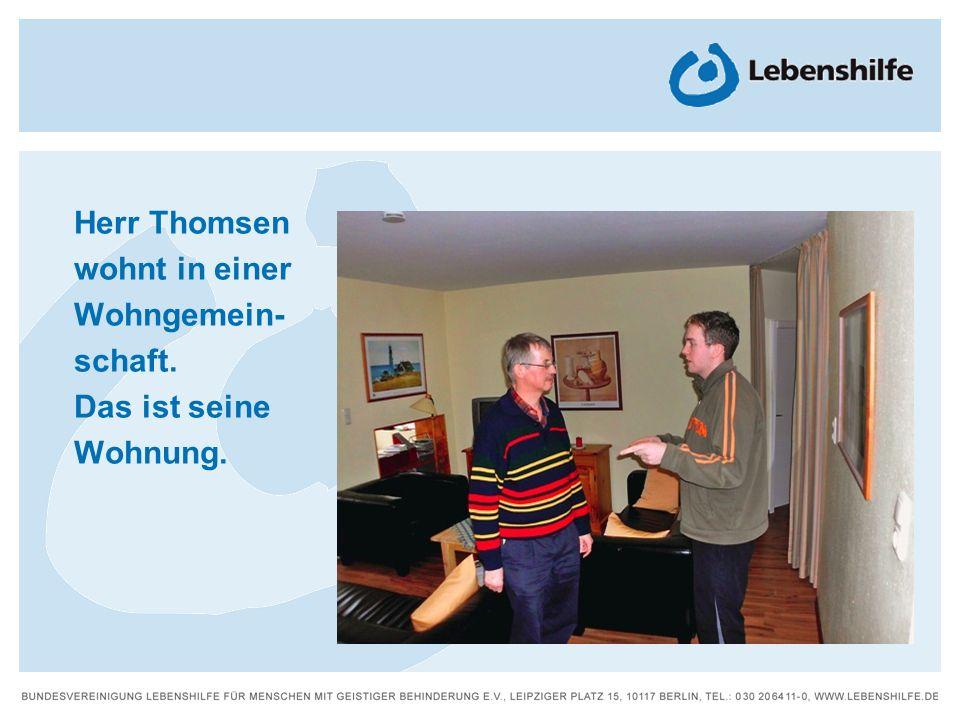 Herr Thomsen wohnt in einer Wohngemein- schaft. Das ist seine Wohnung.