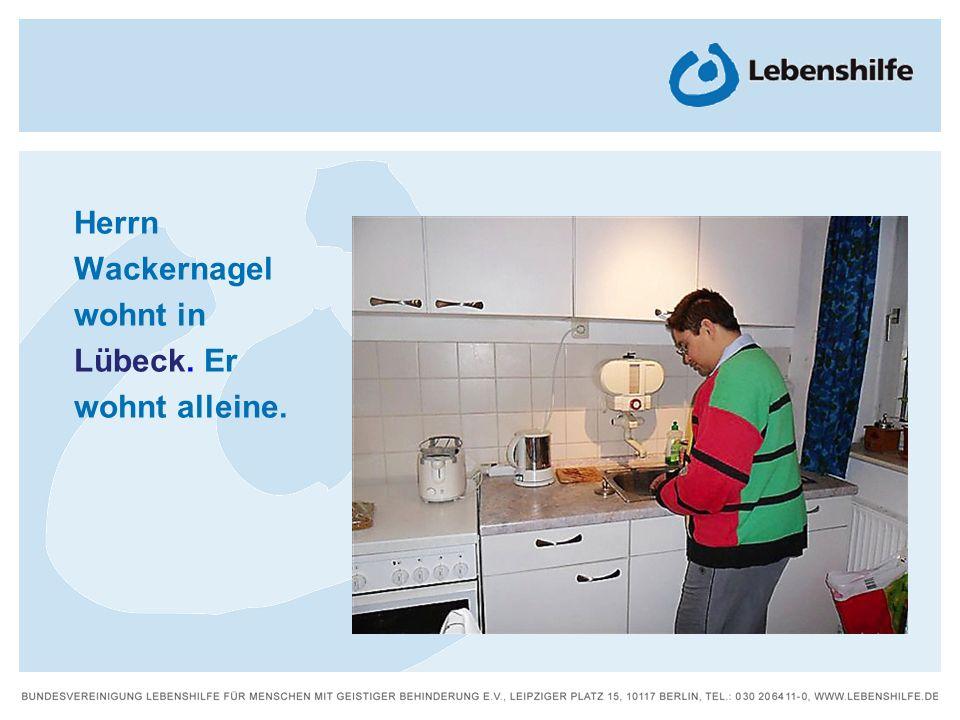 Herrn Wackernagel wohnt in Lübeck. Er wohnt alleine.