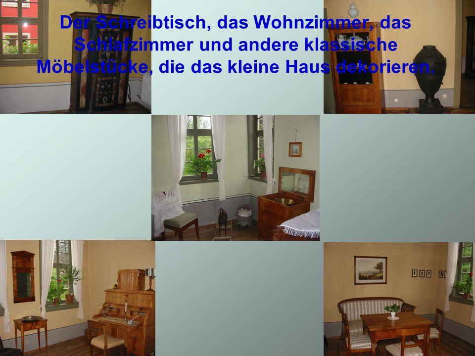 Der Schreibtisch, das Wohnzimmer, das Schlafzimmer und andere klassische Möbelstücke, die das kleine Haus dekorieren.