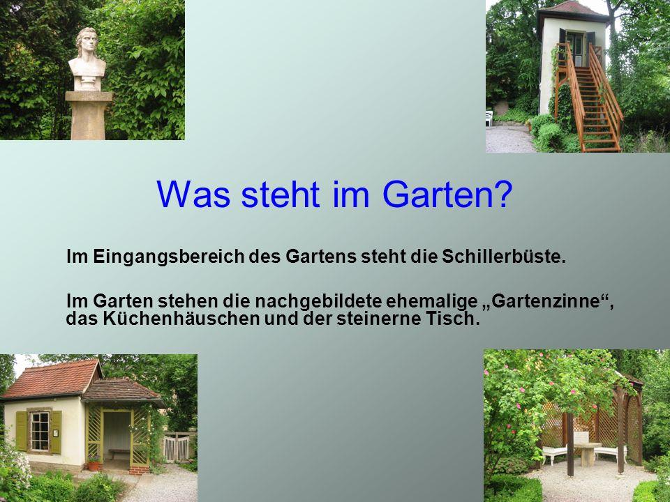 Im Eingangsbereich des Gartens steht die Schillerbüste. Im Garten stehen die nachgebildete ehemalige Gartenzinne, das Küchenhäuschen und der steinerne
