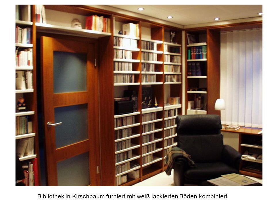Bibliothek in Kirschbaum furniert mit weiß lackierten Böden kombiniert