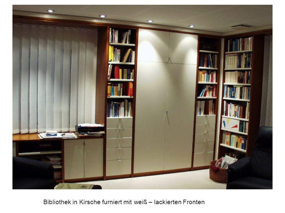 Bibliothek in Kirsche furniert mit weiß – lackierten Fronten