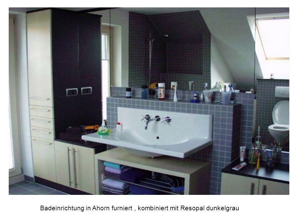 Badeinrichtung in Ahorn furniert, kombiniert mit Resopal dunkelgrau